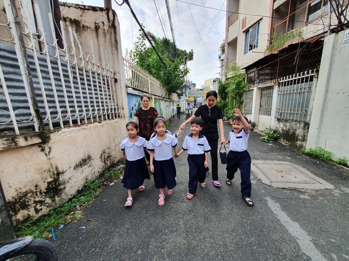 Những đứa trẻ trong ca sinh 5 đầu tiên của Việt Nam dự khai giảng bước vào lớp 1 ảnh 3