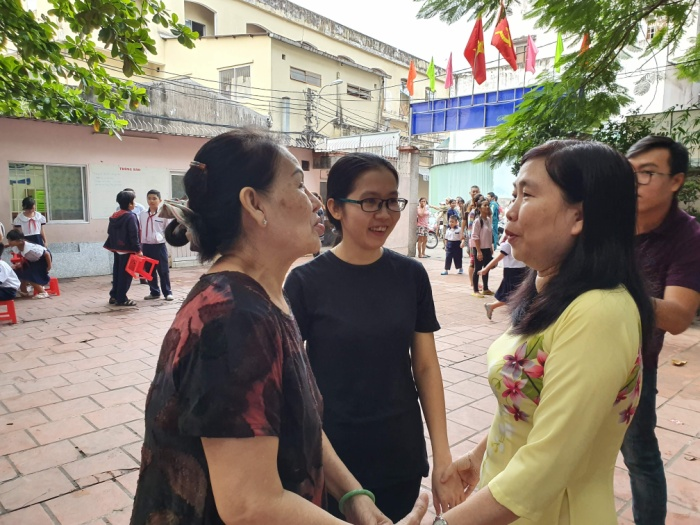 Cô hiệu trưởng trường tiểu học Lê Văn Tám (quận 5) chúc mừng phụ huynh của các bé được theo học tại trường.