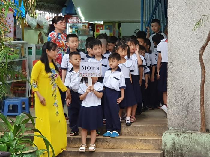Những đứa trẻ trong ca sinh 5 đầu tiên của Việt Nam dự khai giảng bước vào lớp 1 ảnh 4