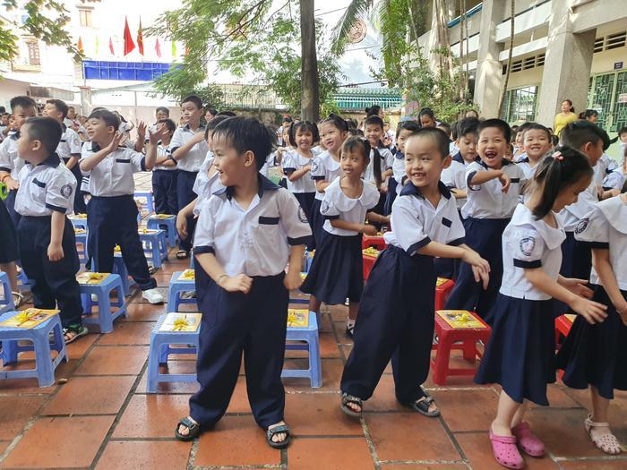 Những đứa trẻ trong ca sinh 5 đầu tiên của Việt Nam dự khai giảng bước vào lớp 1 ảnh 6