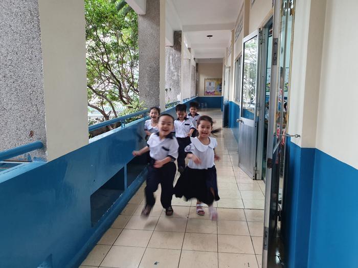 Những đứa trẻ trong ca sinh 5 đầu tiên của Việt Nam dự khai giảng bước vào lớp 1 ảnh 8