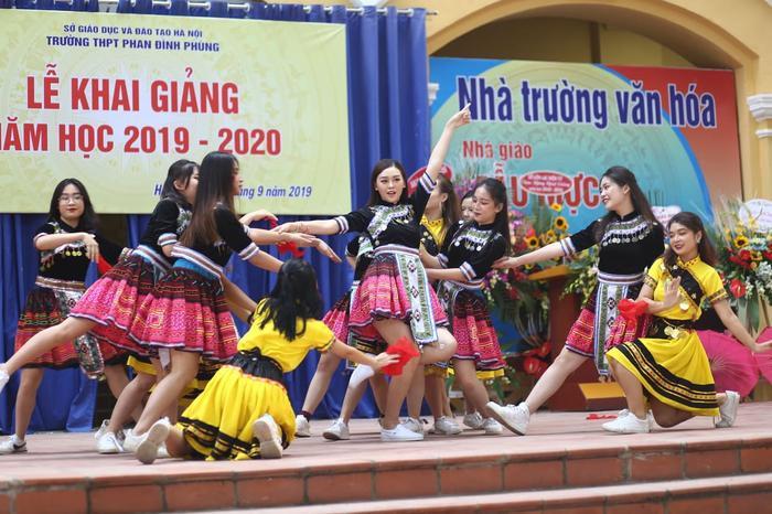 Màn biểu diễn của á hậu nhận được sự cổ vũ nhiệt tình từ thầy cô và các học sinh. Vừa qua, Tường San chính thức trở thành đại diện Việt Nam tham dựHoa hậuQuốc tế diễn ra vào tháng 11 tới tại Nhật Bản.