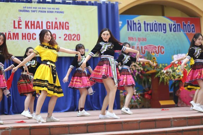 Nguyễn Tường San sinh năm 2000 và nổi tiếng từ thời phổ thông với vai trò người mẫu ảnh. Cô từng biểu diễn màn vũ điệu này trong vòng thi tài năng của cuộc thi Miss World Vietnam 2019.