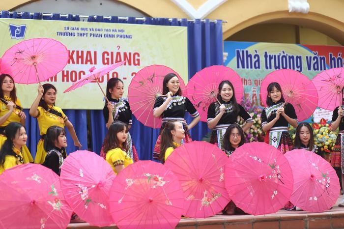 """Tường San cùng các bạn học sinh trình diễn điệu nhảy theo nền nhạc bài hát """"Để Mị nói cho mà nghe"""" khuấy động không khí của buổi lễ khai giảng."""