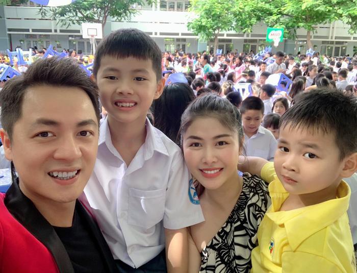 Vợ chồng Đăng Khôi - Thủy Anh 'selfie' cùng hai nhóc tỳ trong lễ khai giảng năm học mới