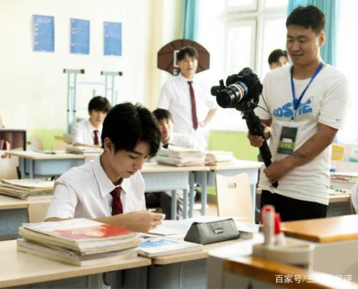 Phim web-drama Tôi là chủ nhiệm lớp tung poster có Vương Tuấn Khải, Quan Hiểu Đồng tham gia đóng ảnh 5
