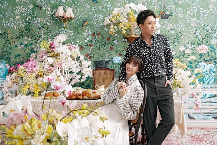 Hari Won kết hợp giữa váy yếm xếp ly màu kem và áo sơ mi tay chuông trendy. Kiểu dáng pha chút cổ điển với tùng váy dài xếp ly lại giúp bộ trang phục của Hari Won thêm phần sang trọng.