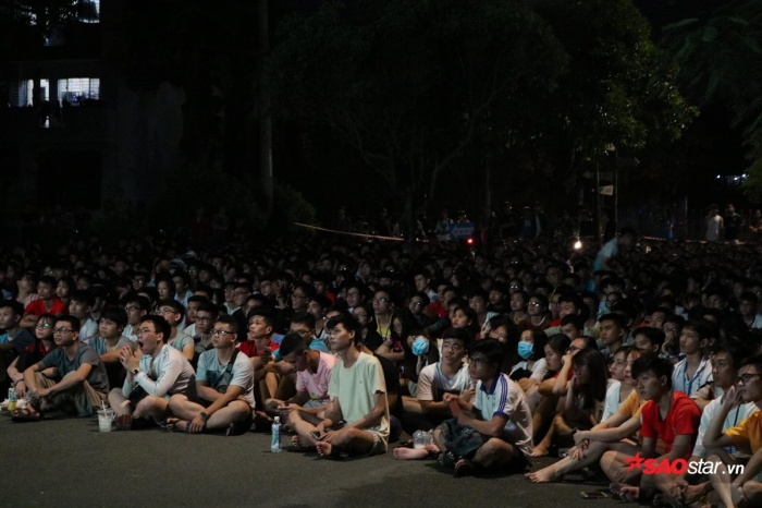 Các bạn sinh viên tập trung xếp hàng dưới sân KTX ĐHQG để theo dõi trận đấu giữa đội tuyển Việt Nam gặp Thái Lan.