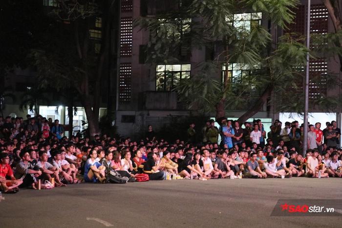 Từ chiều, các sinh viên đã tranh thủ ăn uống, chuẩn bị tinh thần cổ vũ đội tuyển Việt Nam