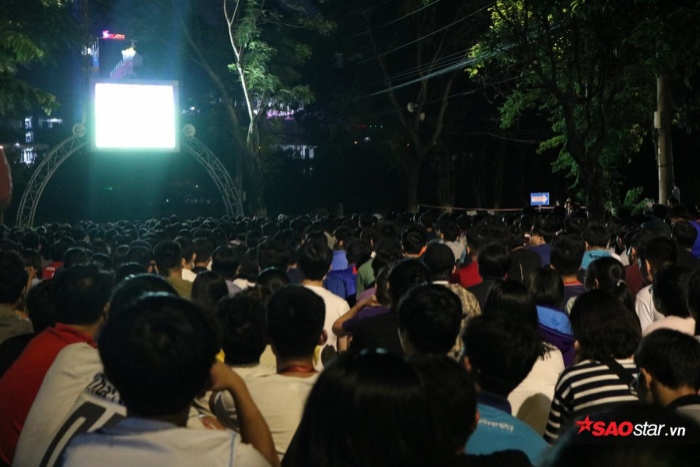 Ban quản lý KTX ĐHQG TP.HCM đã trang bị màn hình LED cỡ lớn để phục vụ nhu cầu xem bóng đá của các bạn sinh viên.