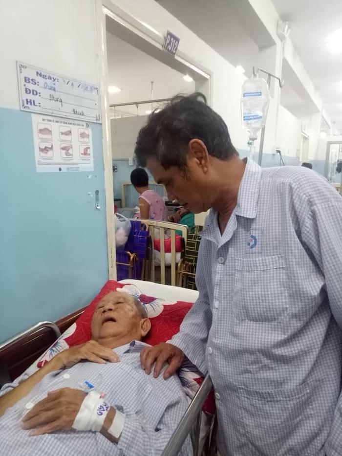 Hình ảnh hai người nghệ sĩ gạo cội chăm sóc cho nhau trong bệnh viện khiến nhiều người vô cùng xúc động.