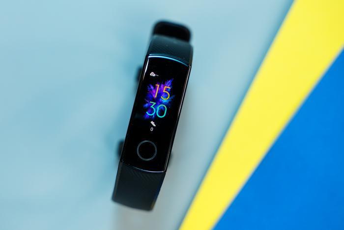 Honor Band 5 hiện có 3 tùy chọn màu là đen, xanh và hồng phấn với giá bán là799.000 đồng. (Lưu ý là sản phẩm bán chính hãng ở Việt Nam không hỗ trợ kết nối NFC, tính năng vốn được dùng để thanh toán di động ở thị trường Trung Quốc.)
