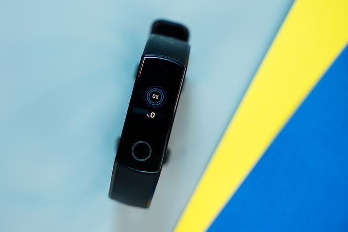 Khi kết nối với smartphone, vòng đeo có thể nhận thông báo cuộc gọi tới, SMS, email và thông báo từ những ứng dụng mạng xã hội.