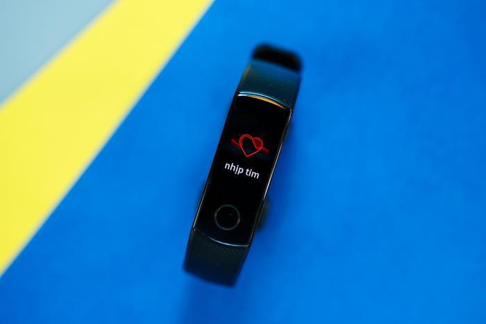 Honor Band 5 có thể theo dõi nhịp tim liên tục 24/24 và đưa ra rung cảnh báo khi nhịp tim của người dùng hoạt động ở mức cao hơn bình thường.