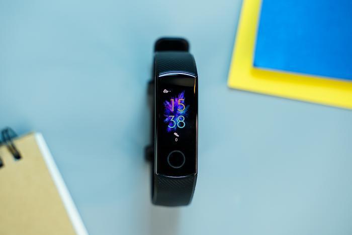 Vòng đeo trang bị màn hình màu AMOLED kích cỡ 0.95 inch độ phân giải 240 x 120 pixel, mật độ điểm ảnh 282 PPI. Viên pin tích hợp trênHonor Band 5 có dung lượng 100 mAh sử dụng được trong vòng 2 tuần sau một lần sạc, theo thông số của nhà sản xuất.