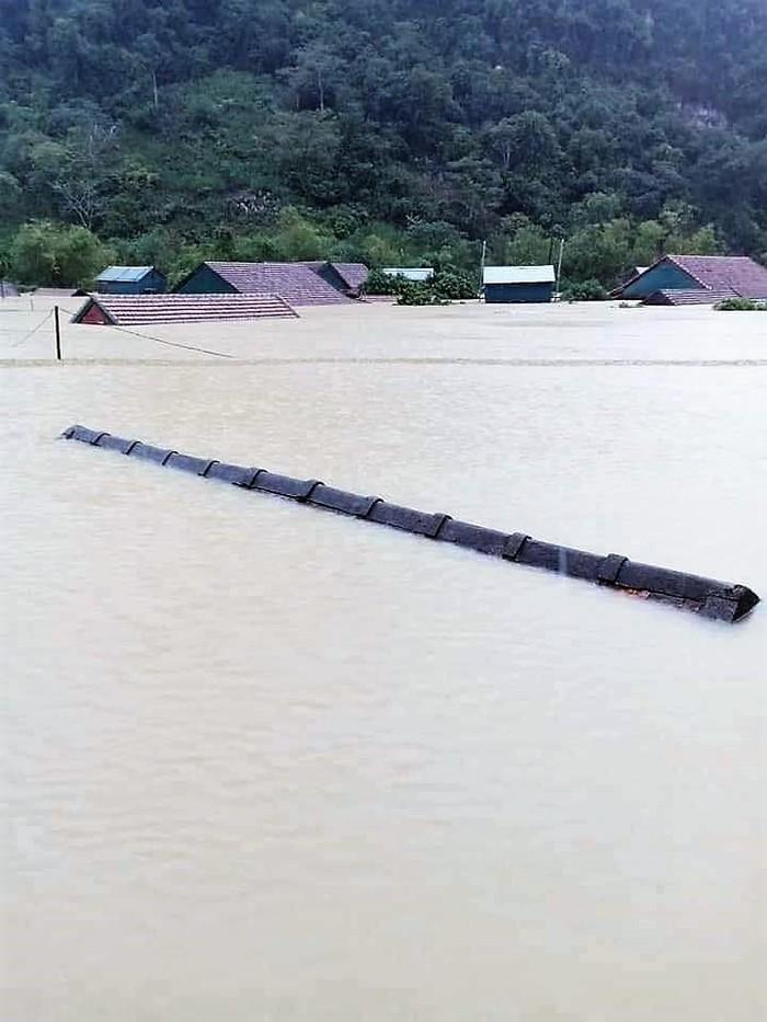 Xót xa cảnh rốn lũ Tân Hóa nhà ngập đến nóc, bị cô lập ba ngày qua vì nước dâng cao hơn 3 m ảnh 0