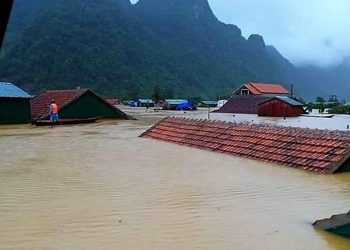 Những ngôi nhà chỉ còn chóp mái ở Tân Hóa - Ảnh: báo Thanh Niên