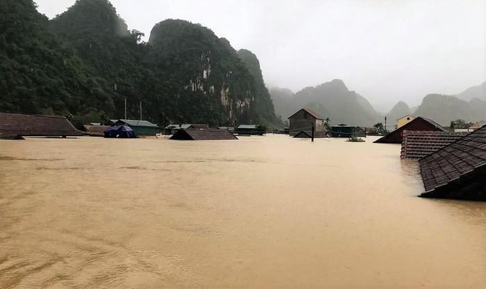 Xót xa cảnh rốn lũ Tân Hóa nhà ngập đến nóc, bị cô lập ba ngày qua vì nước dâng cao hơn 3 m ảnh 3