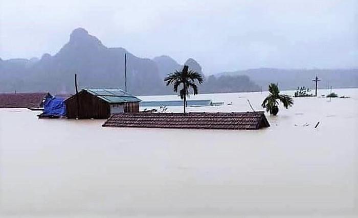 Xót xa cảnh rốn lũ Tân Hóa nhà ngập đến nóc, bị cô lập ba ngày qua vì nước dâng cao hơn 3 m ảnh 2