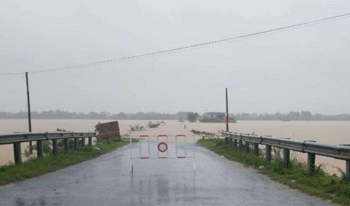 Nhiều tuyến đường bị chia cắt do mưa lũ. Ảnh: báo Công Luận