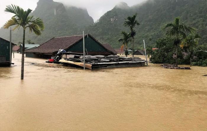 630 ngôi nhà tại xã Tân Hóa đang ngập sâu. Ảnh: báo Thanh Niên
