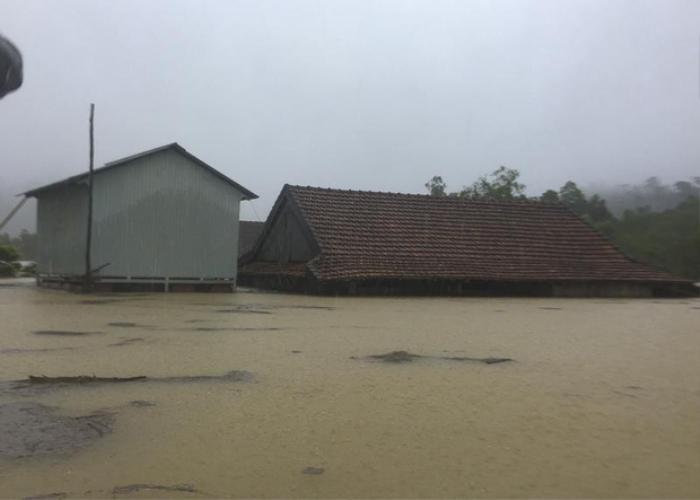 Ngôi nhà chính (bên phải) bị ngập, người dân đang ngồi trên những ngôi nhà phao (bên trái). Ảnh: báo Pháp Luật TP.HCM