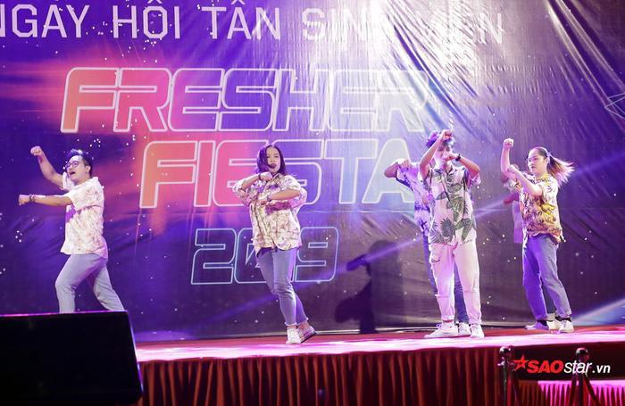 Sức nóng của đêm nhạc đã nhen nhóm ngay từ những phút đầu bởi tiết mục nhảy cover ca khúc Hãy trao cho anh (Sơn Tùng MTP) đầy năng lượng.