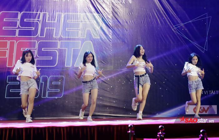 Các nữ dancer nóng bỏng của ĐH Hà Nội thổi bùng bầu không khí đêm nhạc hội với những vũ đạo bốc lửa.