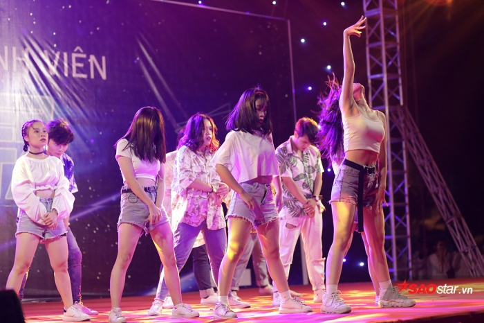"""Tối qua (5/9), hàng ngàn sinh viên và tân sinh viên của Đại học Hà Nội đã có mặt tại sân trường, hòa mình vào đêm nhạc hoành tráng để chào đón các """"lính mới"""" trong trường."""