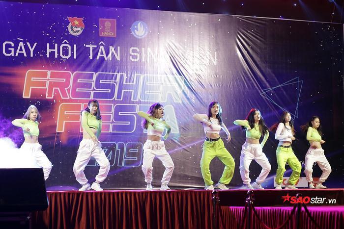 Đêm nhạc hội chào tân sinh viên mang nhiều màu sắc khác nhau thể hiện sự năng động, tự tin và đa tài của sinh viên trường ĐH Hà Nội.