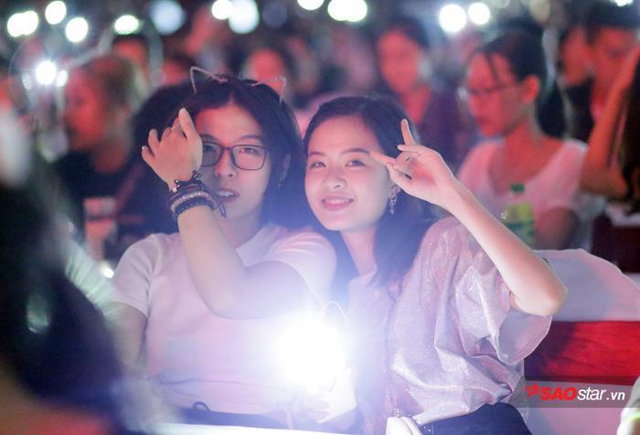 Choáng ngợp với sân khấu hoành tráng, âm nhạc cuồng nhiệt trong đêm Gala chào đón tân sinh viên ĐH Hà Nội ảnh 12