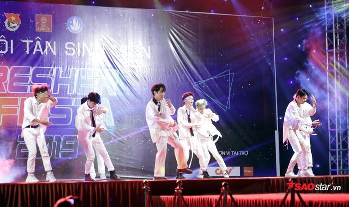 Choáng ngợp với sân khấu hoành tráng, âm nhạc cuồng nhiệt trong đêm Gala chào đón tân sinh viên ĐH Hà Nội ảnh 11