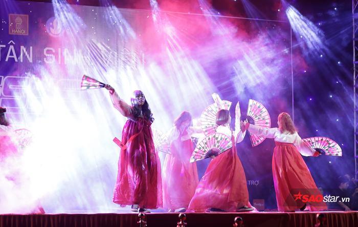 Choáng ngợp với sân khấu hoành tráng, âm nhạc cuồng nhiệt trong đêm Gala chào đón tân sinh viên ĐH Hà Nội ảnh 9