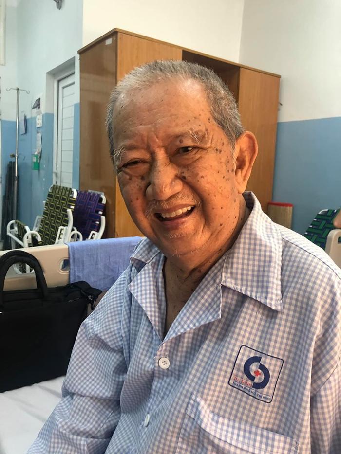 Sáng 6/9, nghệ sĩ Mạc Can tươi tỉnh trò chuyện cùng đồng nghiệp đến thăm, sau khi nhập viện cấp cứu vào trưa 5/9.