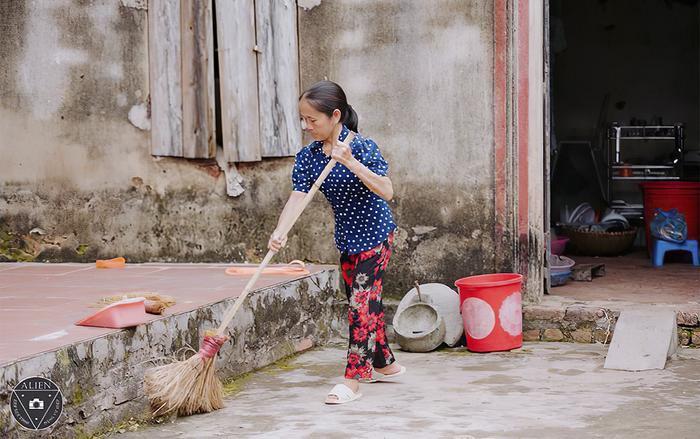 Hình ảnh bà Tân Vlog giản dị quét nhà. (Ảnh: Vietnamnet)