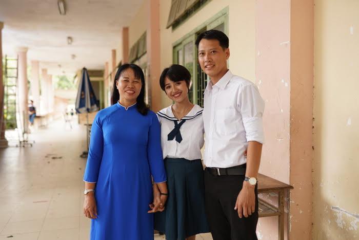 Trịnh Thảo vui mừng khi được hội ngộ với các thầy cô cũ của mình