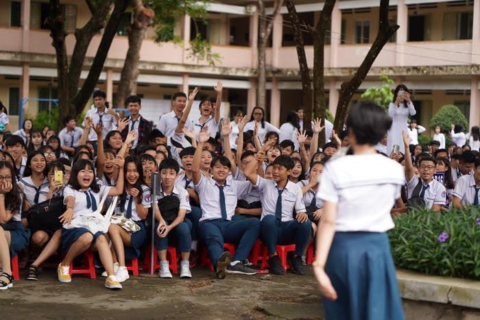 Các bạn học sinh hăng hái tham gia chương trình đố vui.