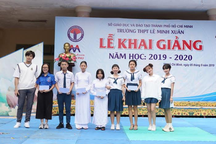 Kaity Nguyễn và nhóm bạn trao các phần học bổng khuyến học cho các bạn học sinh có hoàn cảnh khó khăn và đạt thành tích tốt trong học tập.