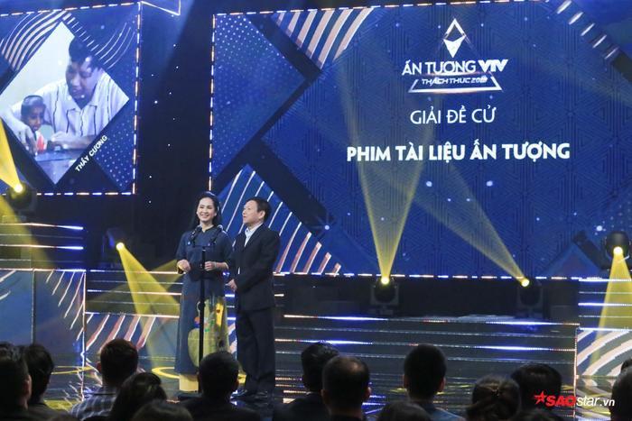 : NSND Lan Hương và NSND Nguyễn Thước công bố giải thưởng Phim tài liệu ấn tượng.