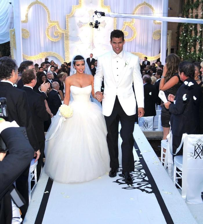 Đã nhắc đến dòng họ Kadarshian thì cũng không mấy bất ngờ khi biết đám cưới của cô Kim và anh chàng Kris có chi phí lên đến 10 triệu USD. Không may, họ đã đường ai nấy đi chỉ sau 72 ngày kết hôn.