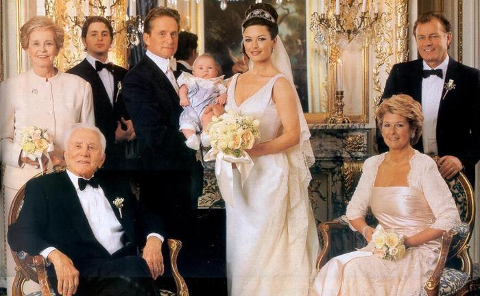 Chi phí cho đám cưới hoành tráng này lên đến 1.5 triệu USD. Cặp vợ chồng này cũng sắp sửa kỉ niệm 20 năm sống cùng nhau.
