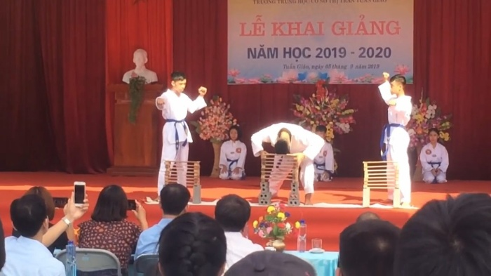 """3 nam sinh quyết định """"chơi lớn"""" khi đem tiết mục này lên sân khấu nhà trường ngay trong buổi lễ khai giảng năm học mới. Ảnh cắt từ clip"""
