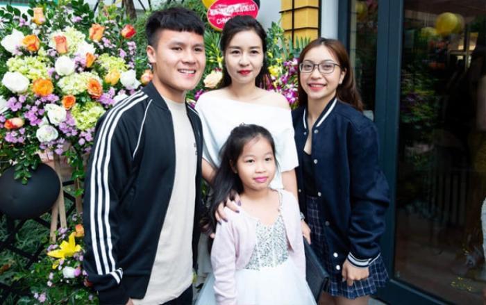 """Sau một loạt động thái """"dứt tình"""" của Quang Hải, Nhật Lê vẫn lễ phép và thân thiết với mẹ nuôi tiền vệ này."""