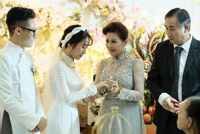 Ái nữ nhà đại gia Minh Nhựa rưng rưng nước mắt khi lên xe hoa về nhà chồng ảnh 21