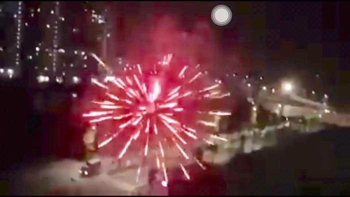 Hình ảnh pháo hoa rực sáng cả một góc chung cư.