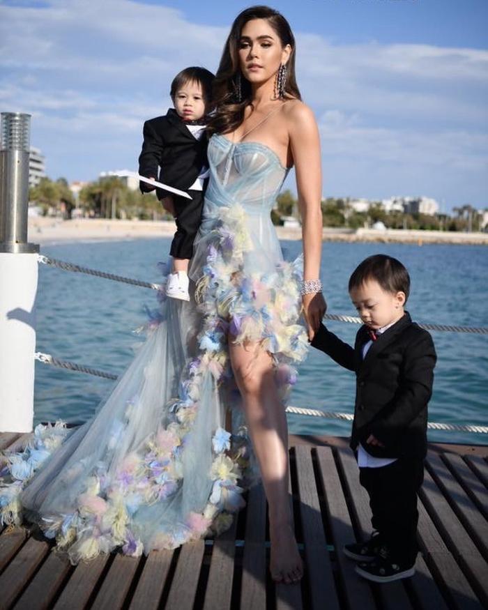 """Dù 2 con trai còn bé nhưng""""nữ hoàng thảm đỏ"""" Thái Lan đã sớm để con cùng mình xuất hiện trên các show truyền hình, các sự kiện thảm đỏ và trên các ấn phẩm tạp chí."""