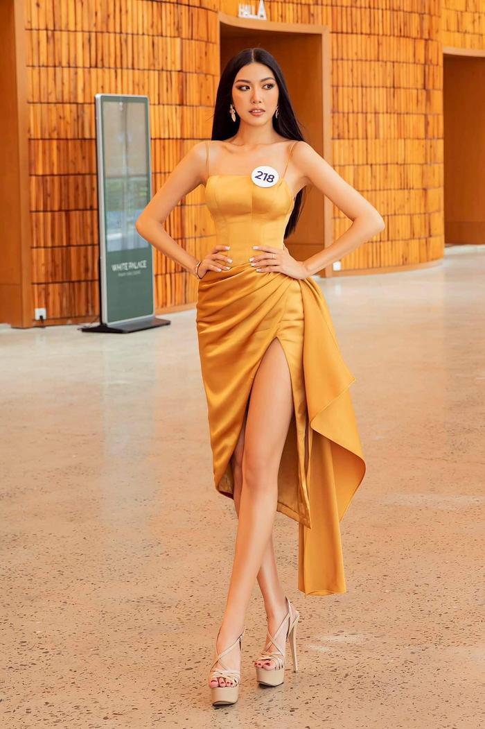 Chân dài nuột nà, thần thái chuẩn chỉnh, Thúy Vân hút trọn ánh nhìn trong chiếc váy vàng đồng có những đường xếp của NTK Lê Thanh Hòa.