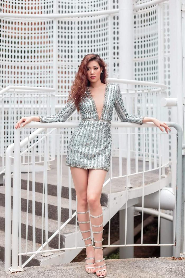 Khánh Vân tạo nên hình ảnh chiến binh với bộ váy ánh bạc xẻ sâu, mix cùng đôi sandal cao cổ quai mảnh.