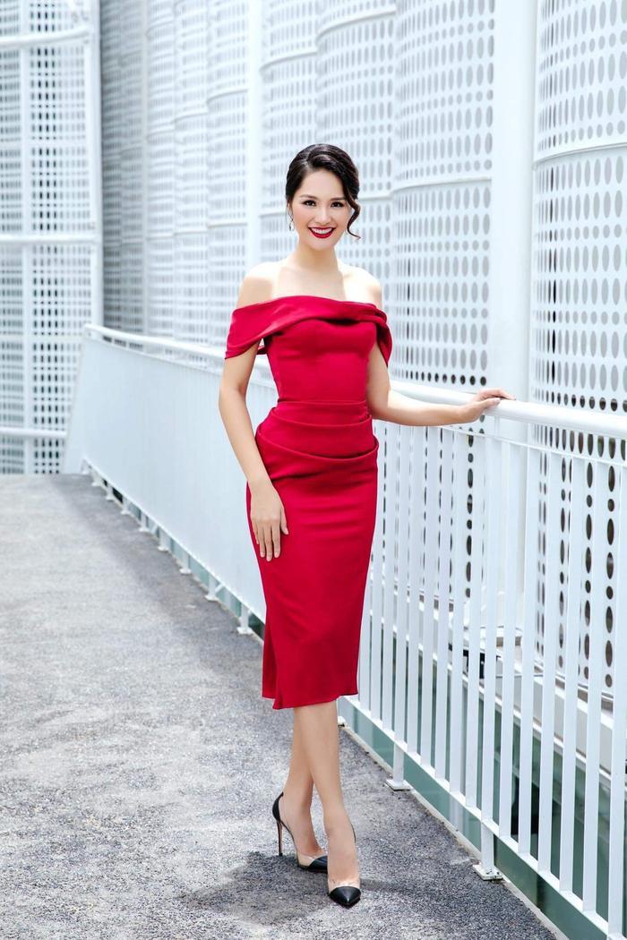 Hoa hậu đẹp nhất Châu Á – Hương Giang thu hút sự chú ý với dáng vẻ thanh tao, gợi cảm.