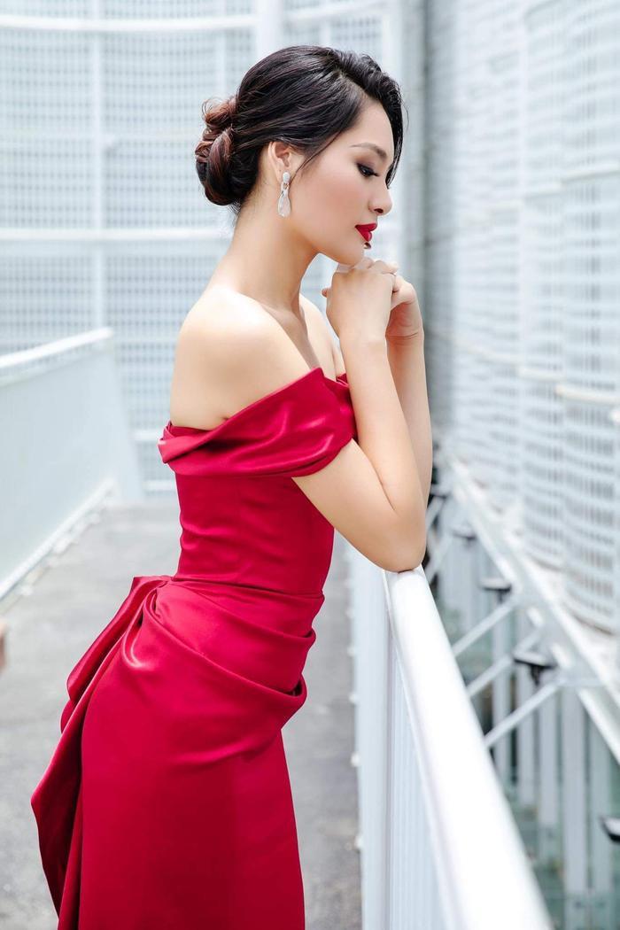 Sắc đỏ thẫm vừa nổi bật, vừa làm tôn lên làn da trắng sứ của người đẹp.